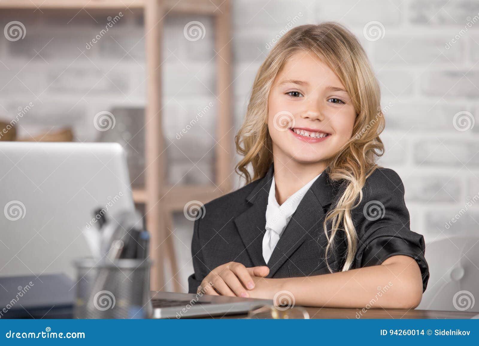 Kleines Mädchen, das Digital-Gerät-moderne Technologie einsetzt