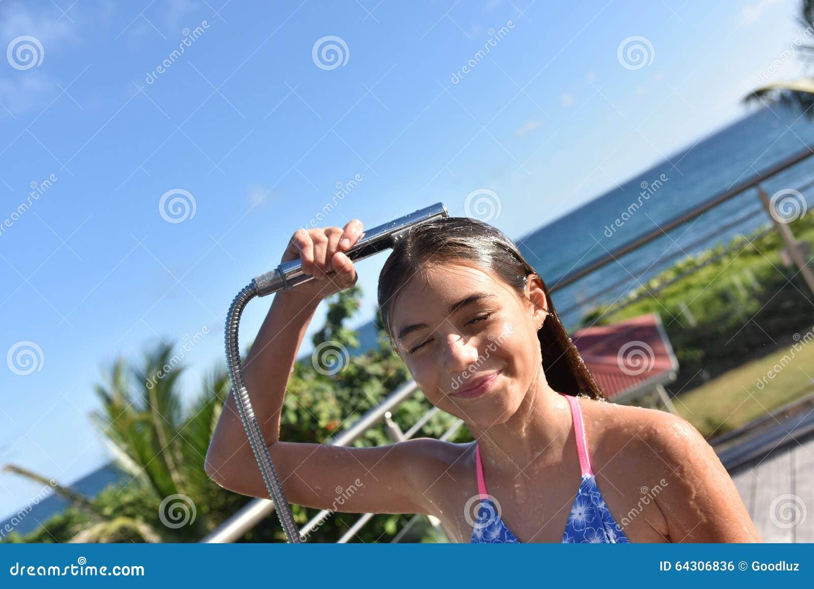 Kleines Mädchen, Das Draußen Duscht Stockfoto - Bild von