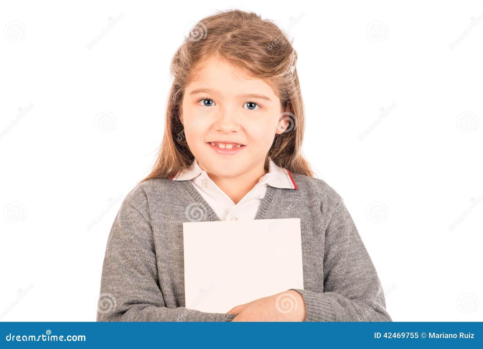 Kleines Mädchen, das einen Weißbuch umarmt