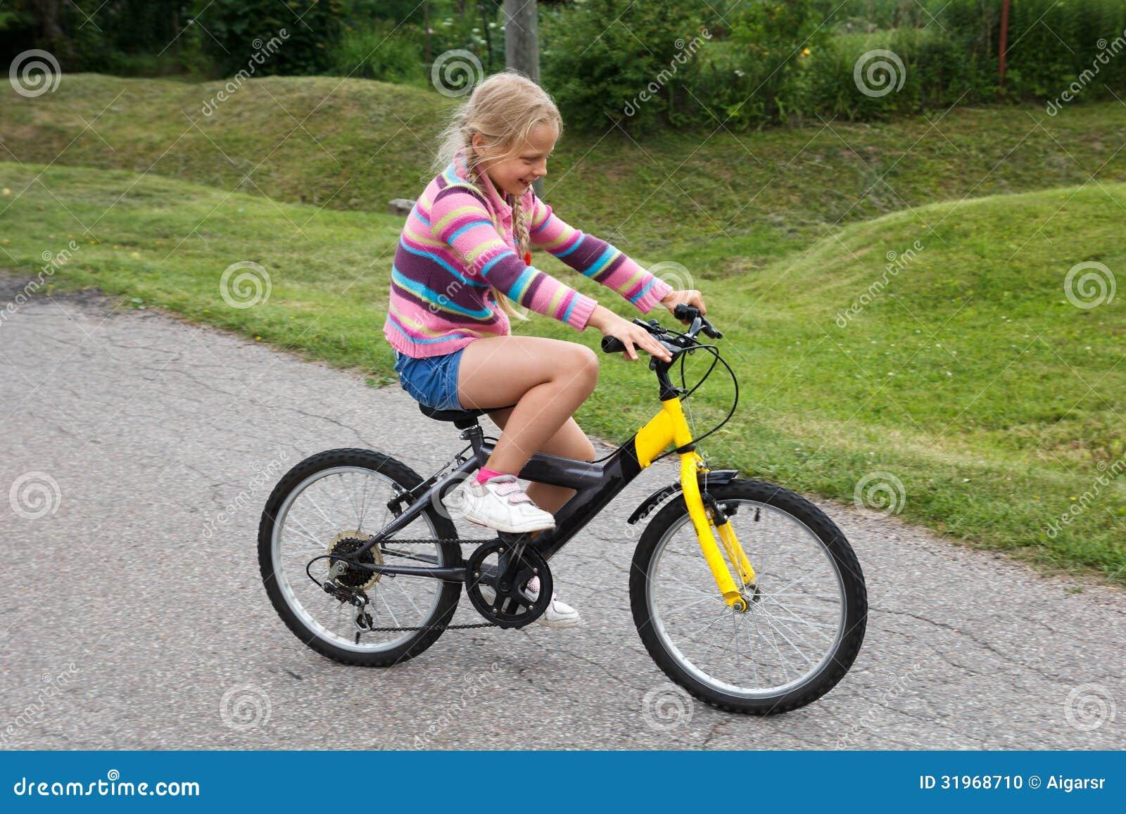kleines m dchen das lernt fahrrad zu fahren stockfoto. Black Bedroom Furniture Sets. Home Design Ideas