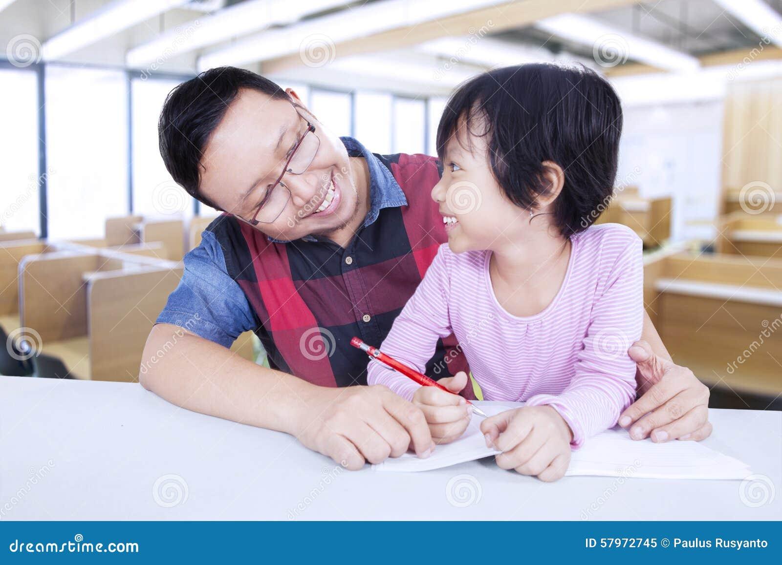 Kleines Mädchen, Das Mit Männlichem Lehrer In Der Klasse Studiert ...
