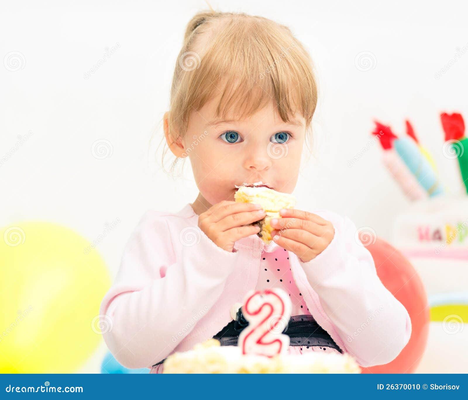 Kleines Mädchen, das zweiten Geburtstag feiert