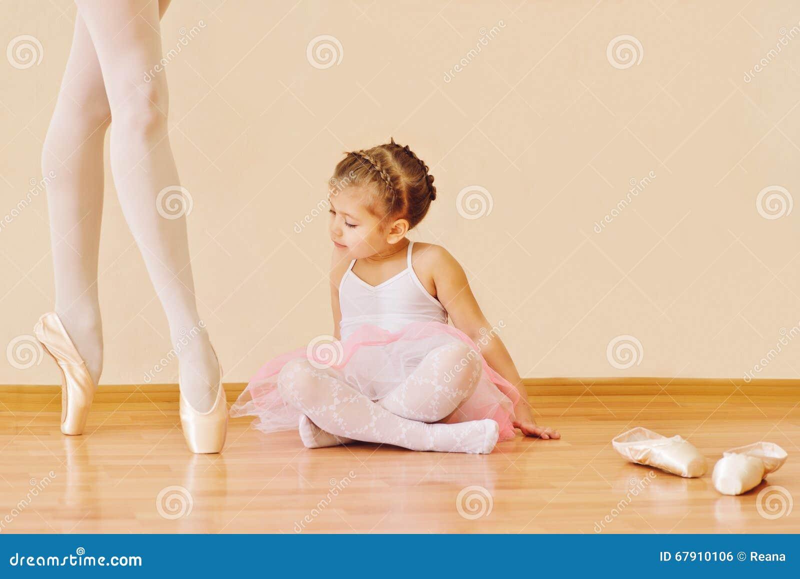 Kleines Mädchen in der Ballettschule