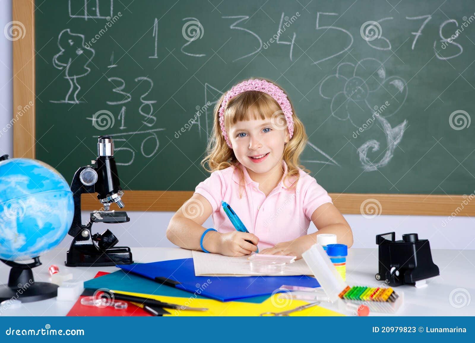 Kleines mädchen der kinder an der schule mit mikroskop stockbild