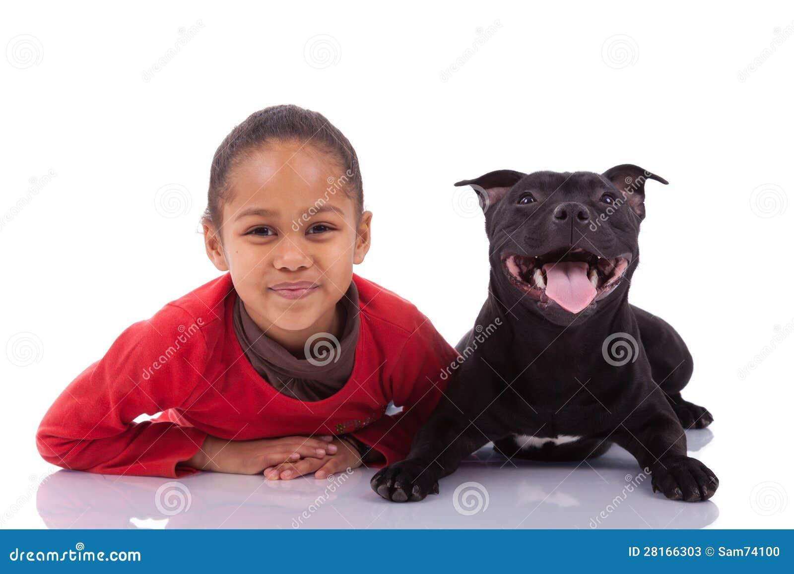 Kleines Mädchen des Afroamerikaners mit ihrem Haustier