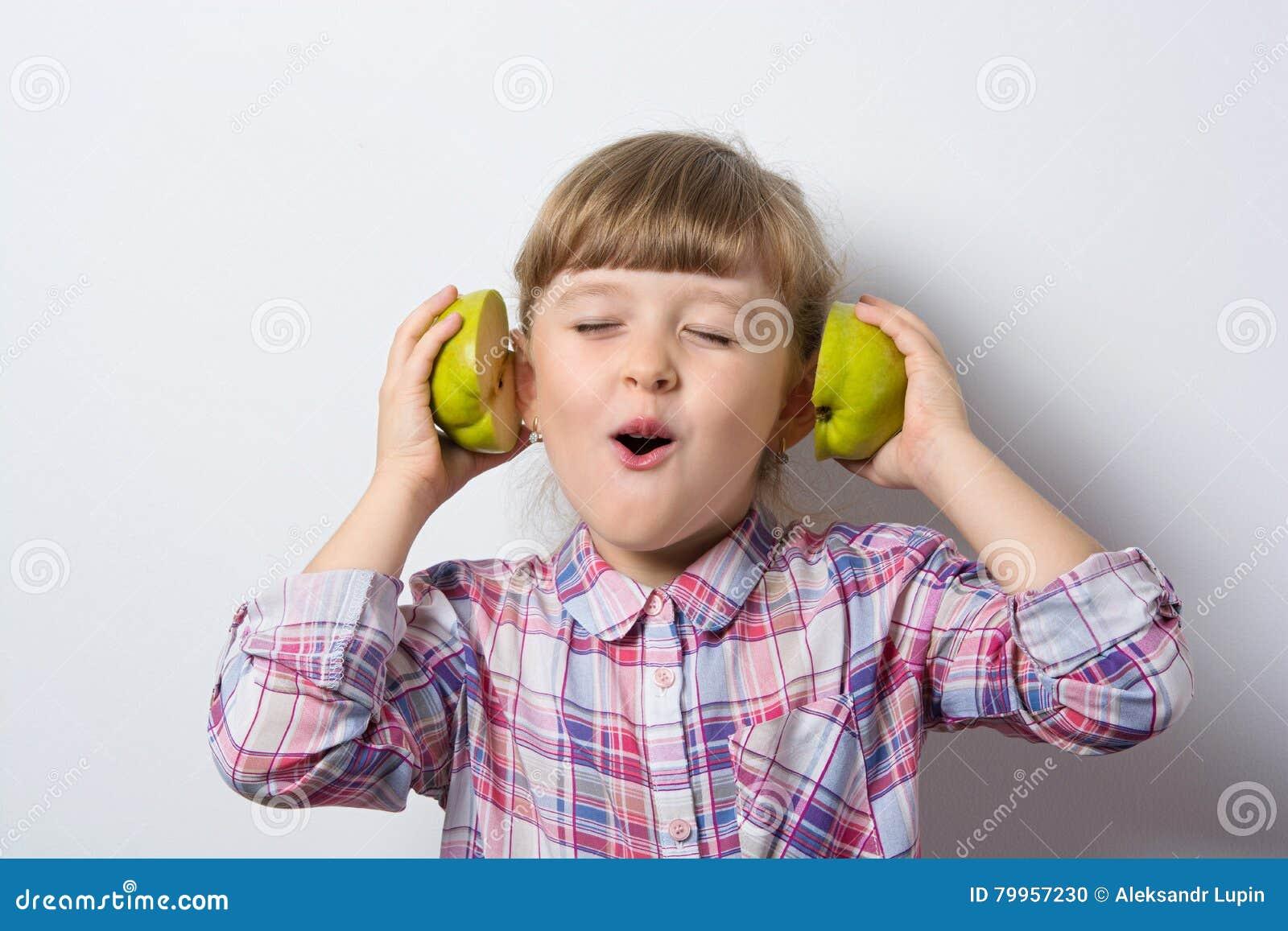 Kleines Mädchen des Spaßes hört Musik