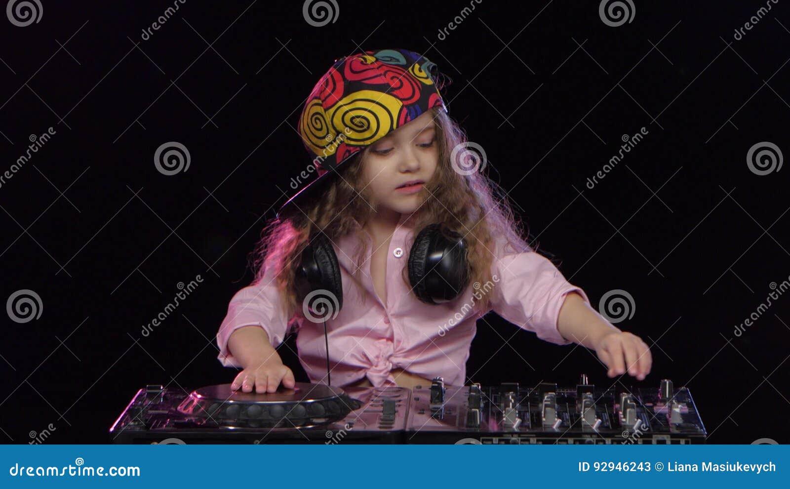 Kleines Mädchen DJ in der hellen Kappe, die auf Vinyl spielt studio stock footage