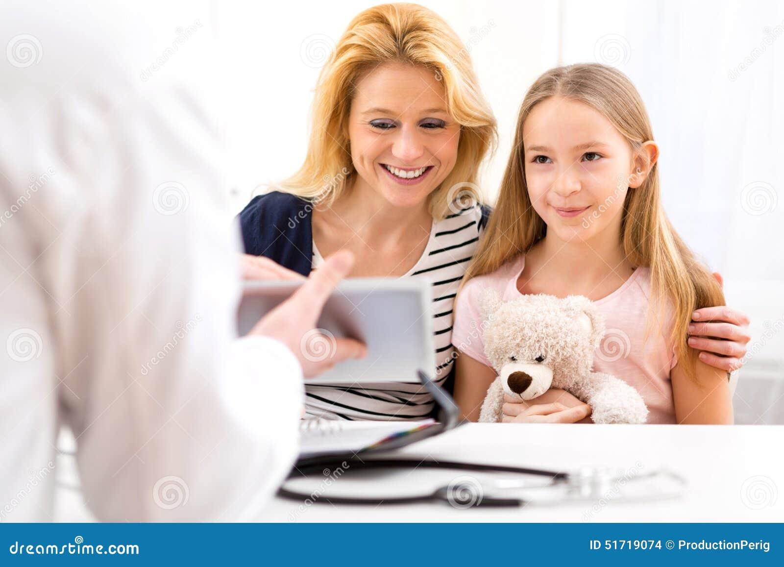 Kleines Mädchen am Doktor mit ihrer Mutter