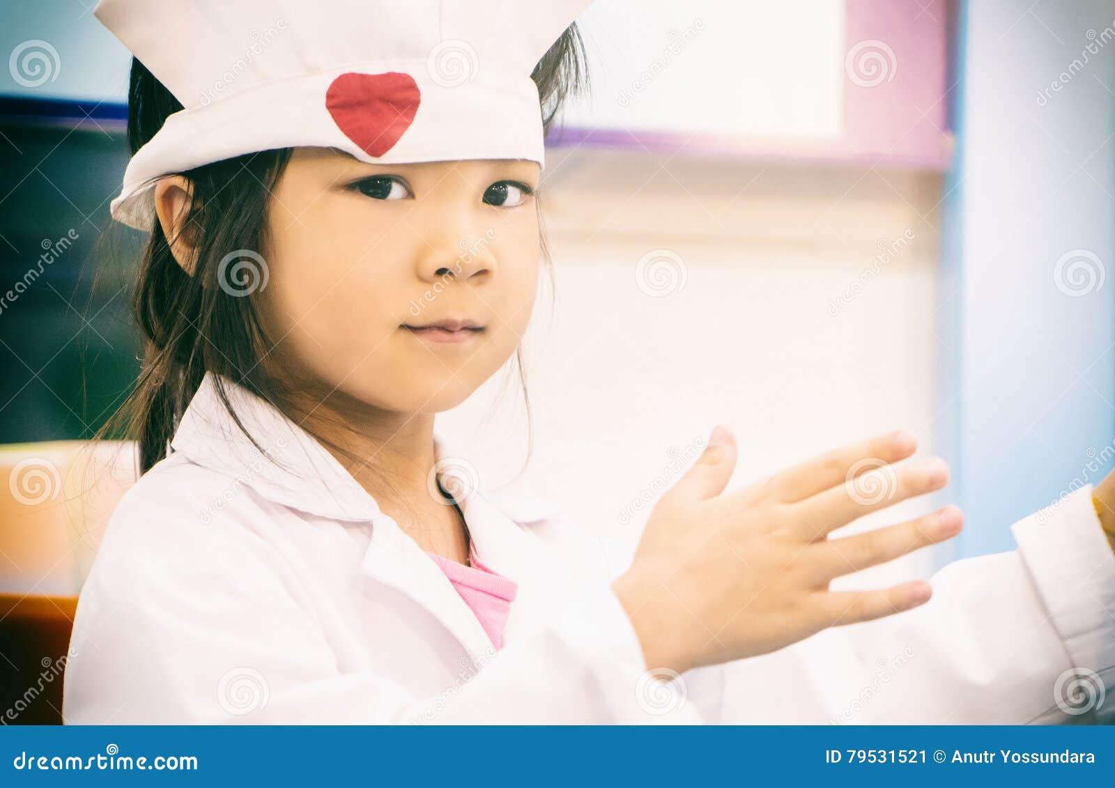 Kleines Mädchen In Einem Arzt Stockbild Bild Von Mädchen Person