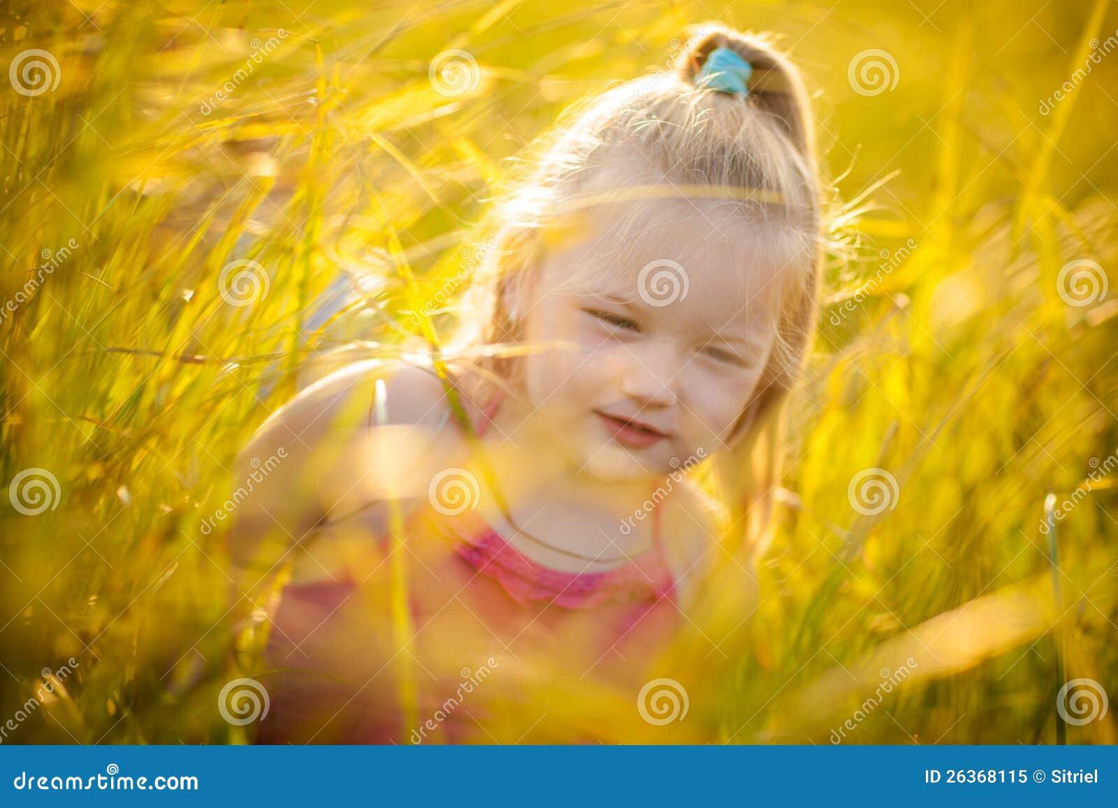 Kleines Mädchen in einer Wiese