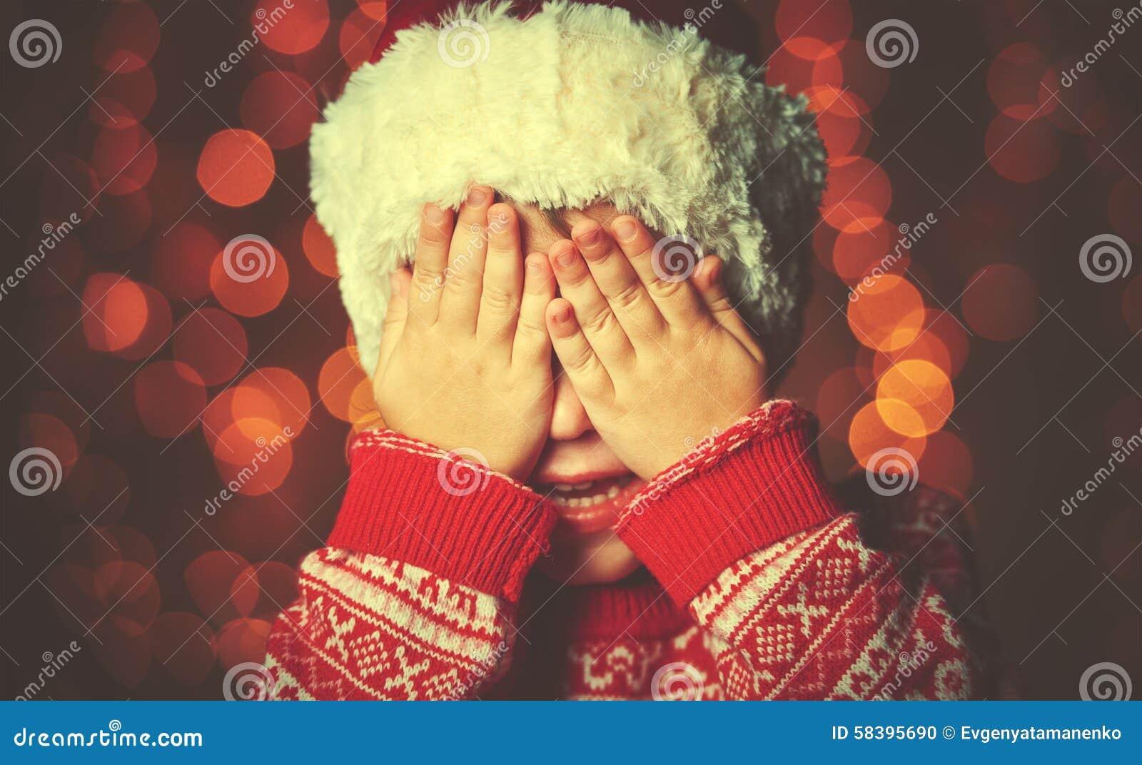 Kleines Mädchen in Erwartung eines Weihnachtswunders und eines Geschenks