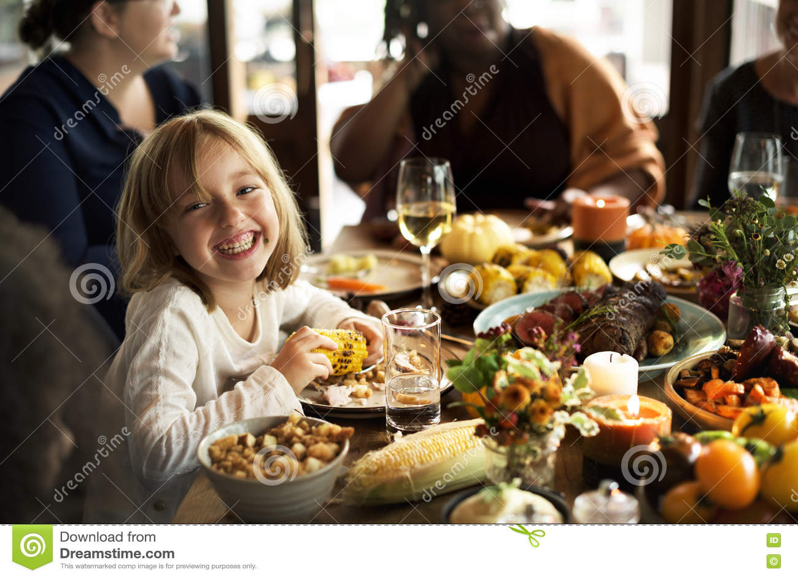 Kleines Mädchen-Essenmais-Danksagungs-Feier-Konzept