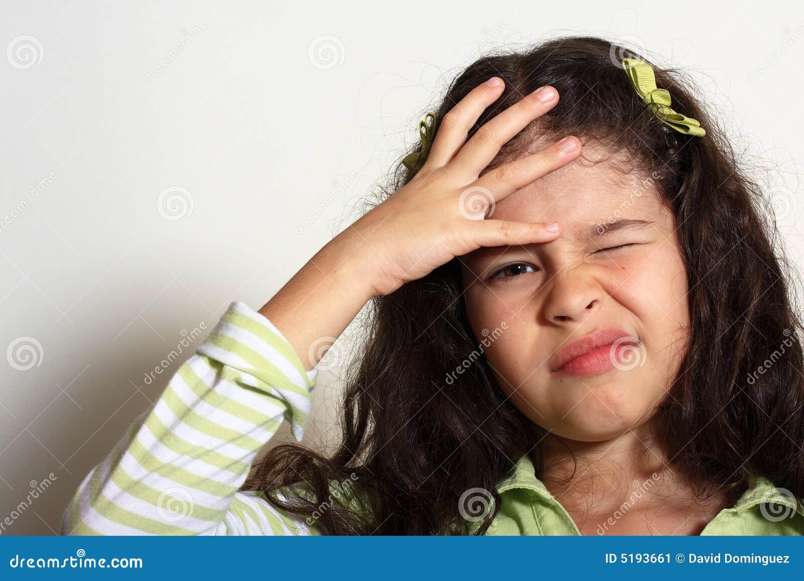 Kleines Mädchen haben Hauptschmerz