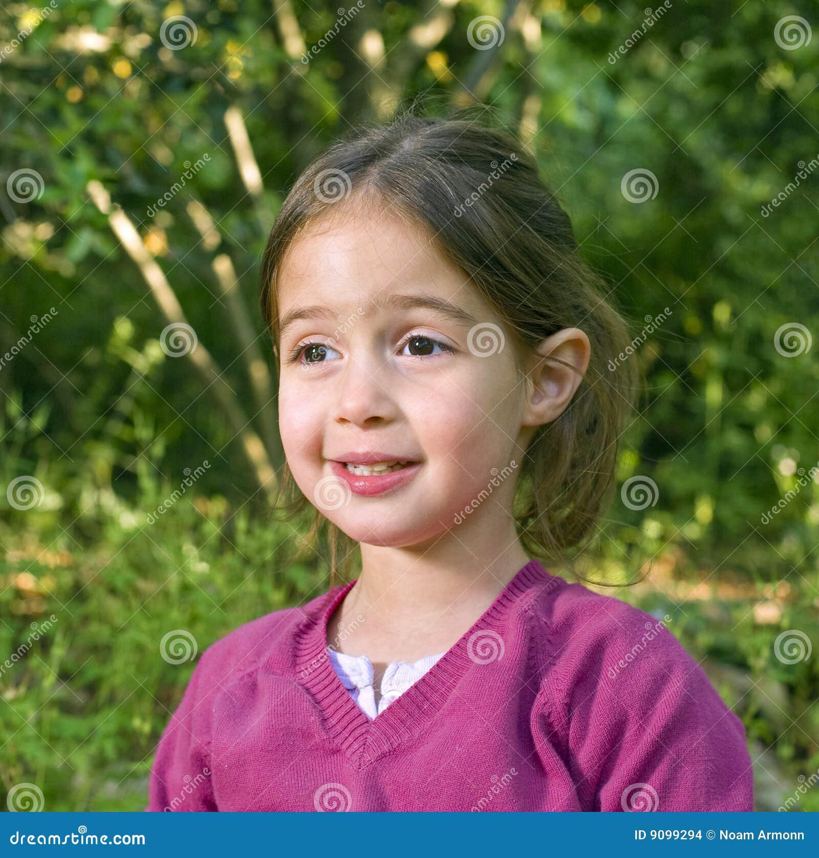 Kleines Mädchen im Holz