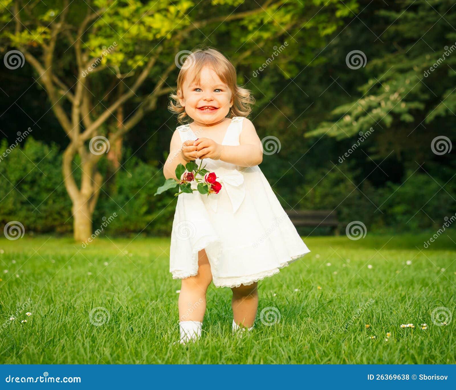 Kleines Mädchen im Park