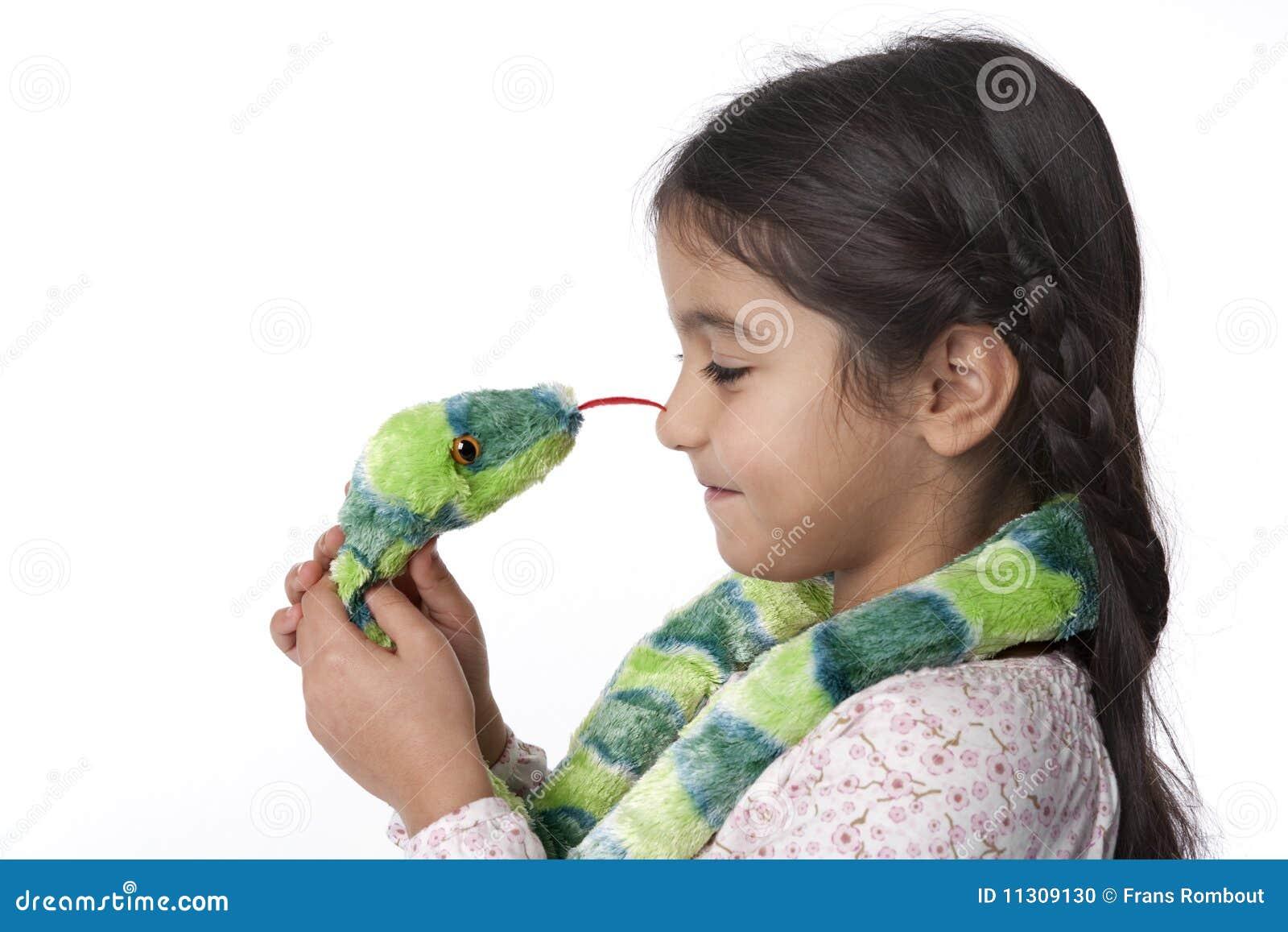 Kleines Mädchen ist hypnotizes durch eine Spielzeug-Schlange