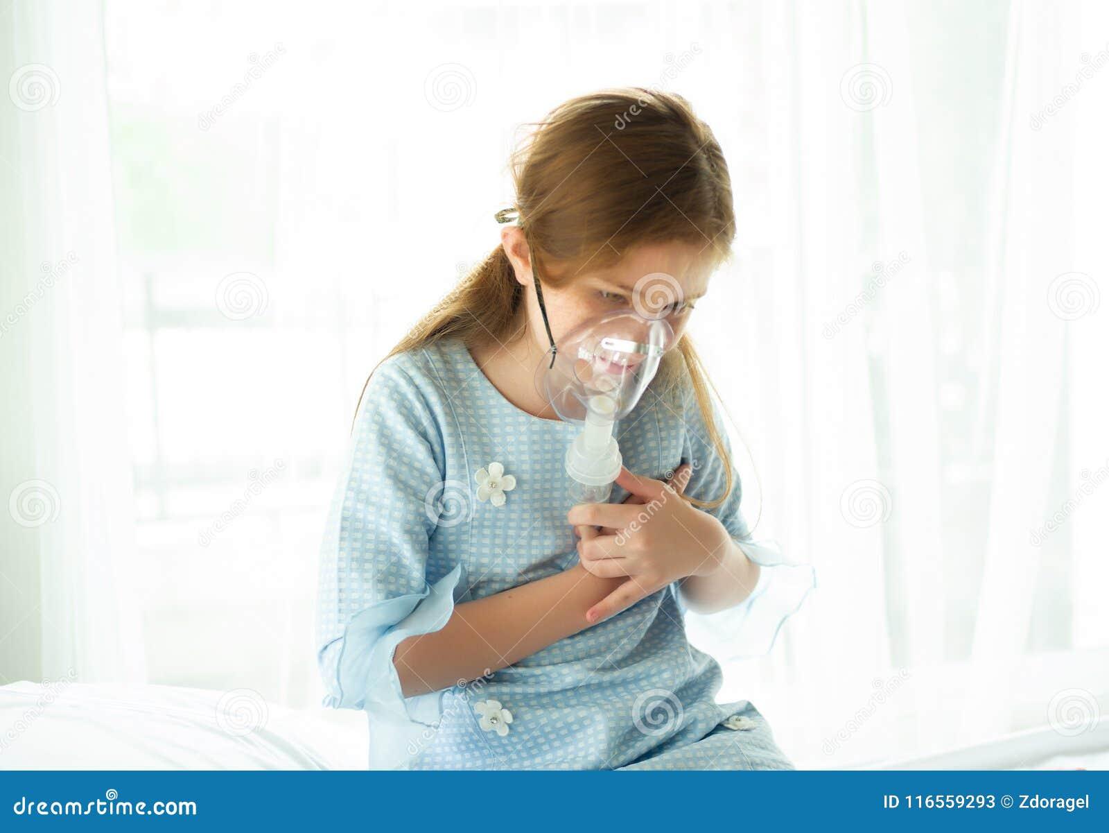 Kleines Mädchen ist, unter Verwendung des Inhalators und des Herzschmerzes ins Krankenhaus wa krank