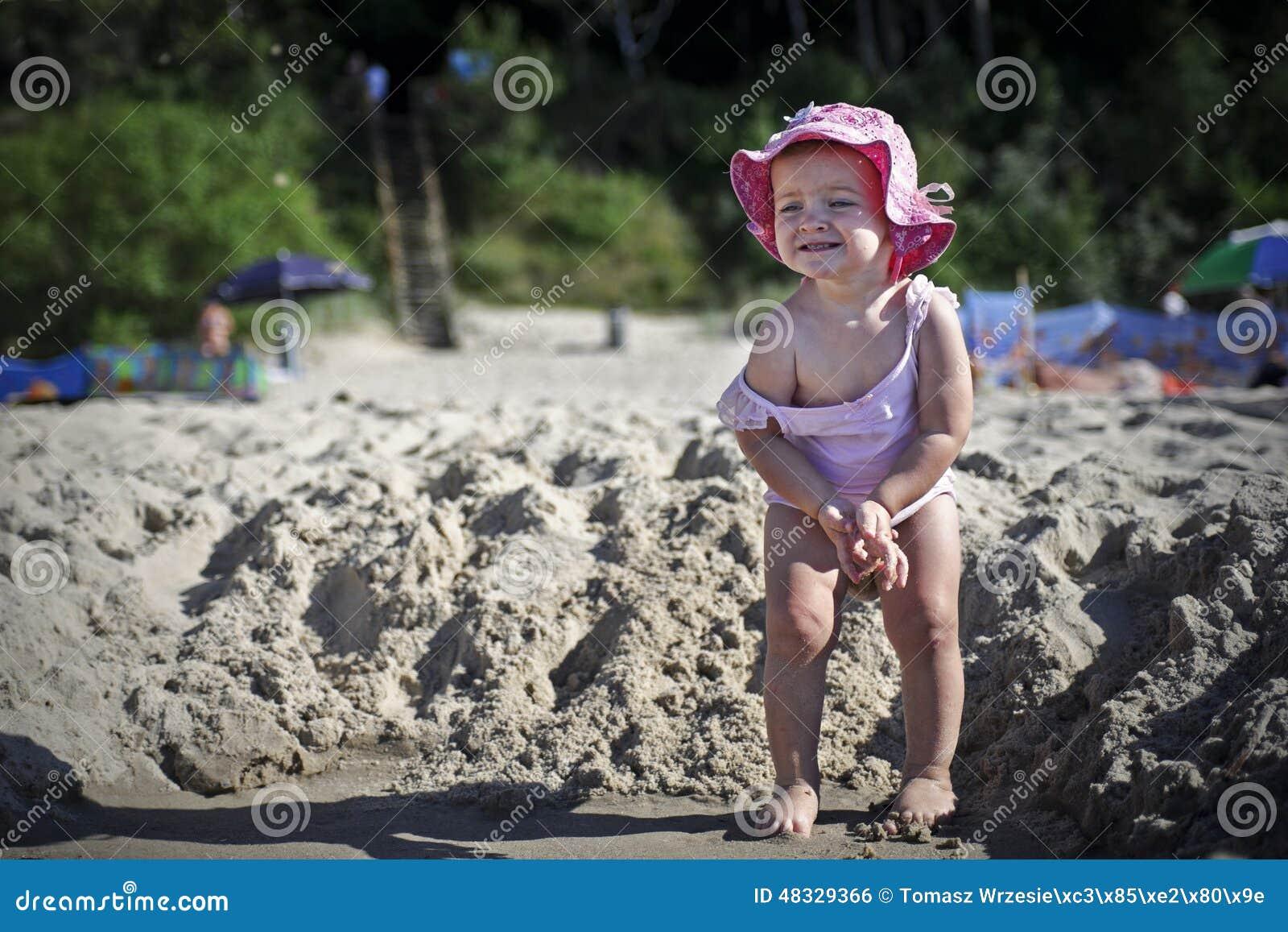 Kleines Mädchen Möchte Pinkeln Stockfoto - Bild: 48329366