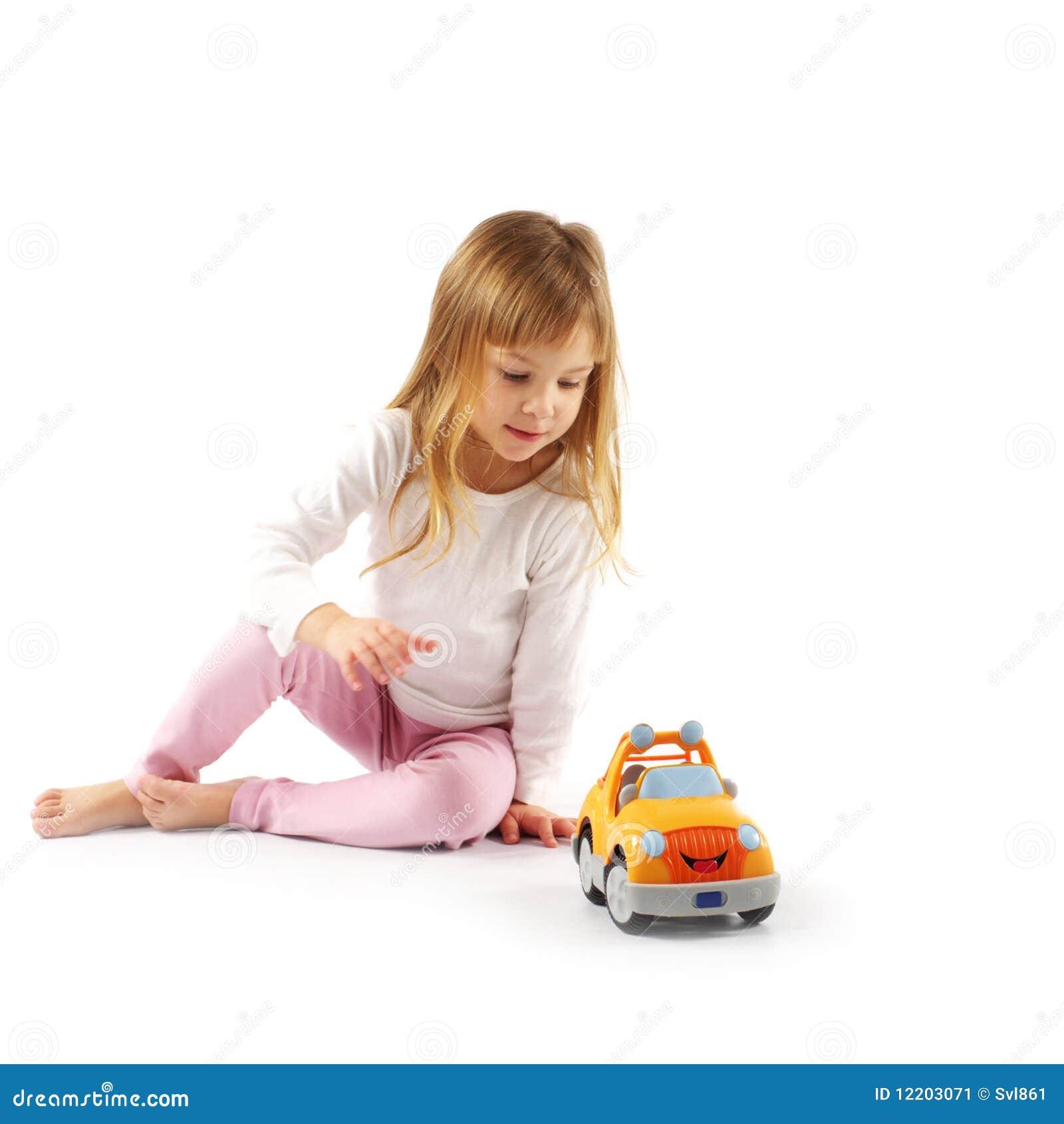 Kleines Mädchen mit Auto