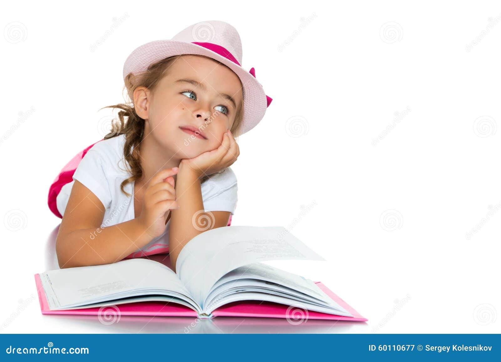 Kleines Mädchen mit einem Buch