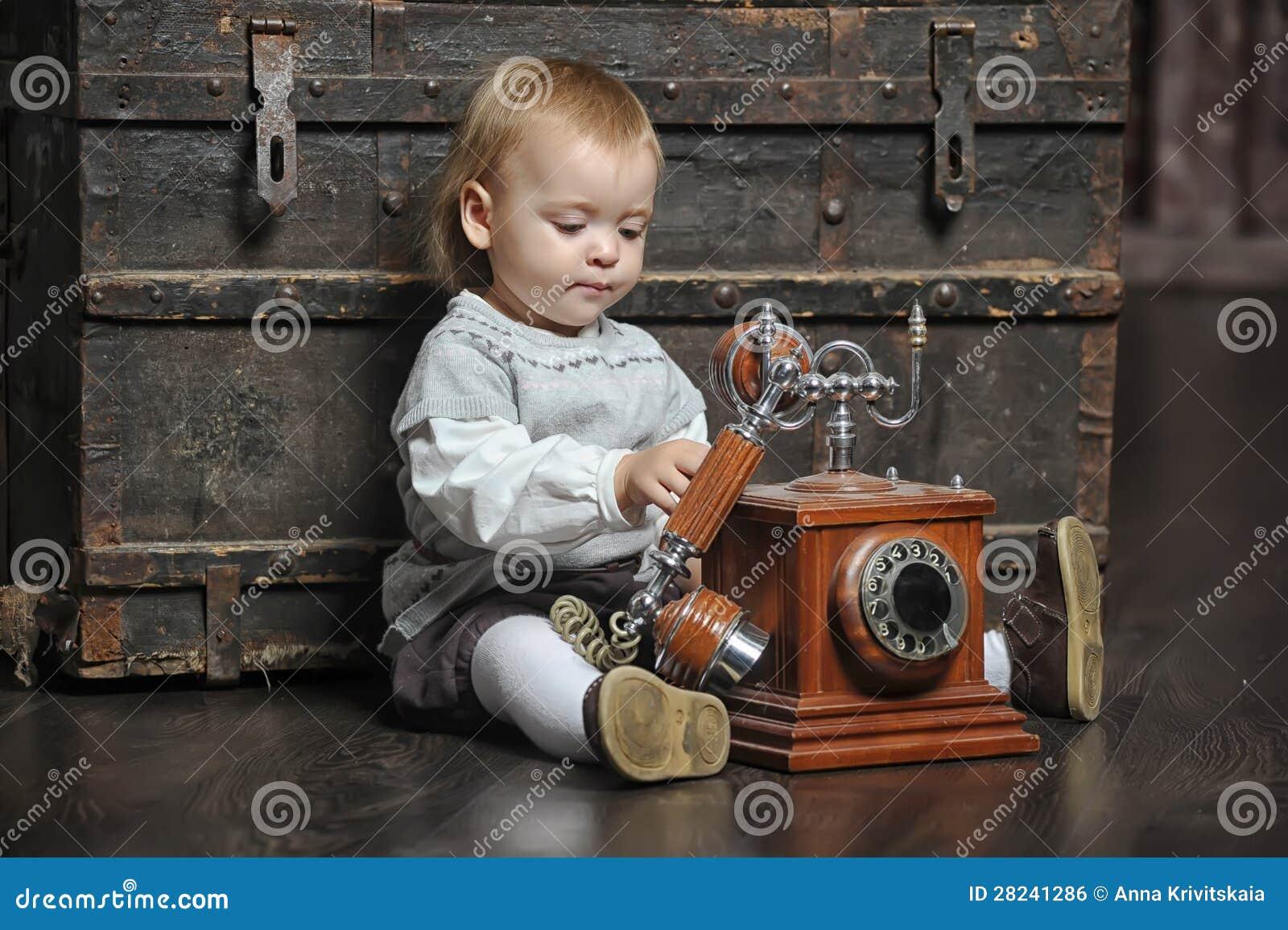 Kleines Mädchen mit einem Retro- Telefon