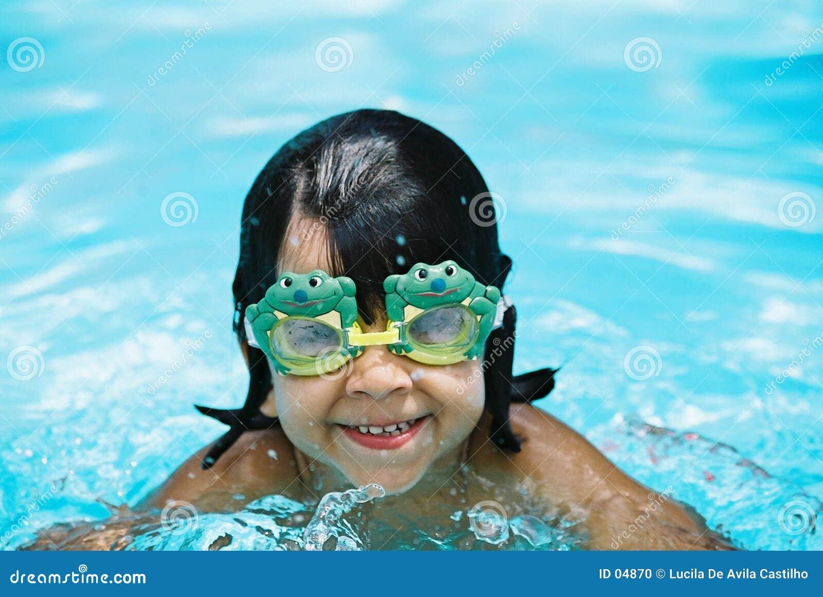 Kleines Mädchen mit Froschschutzbrillen