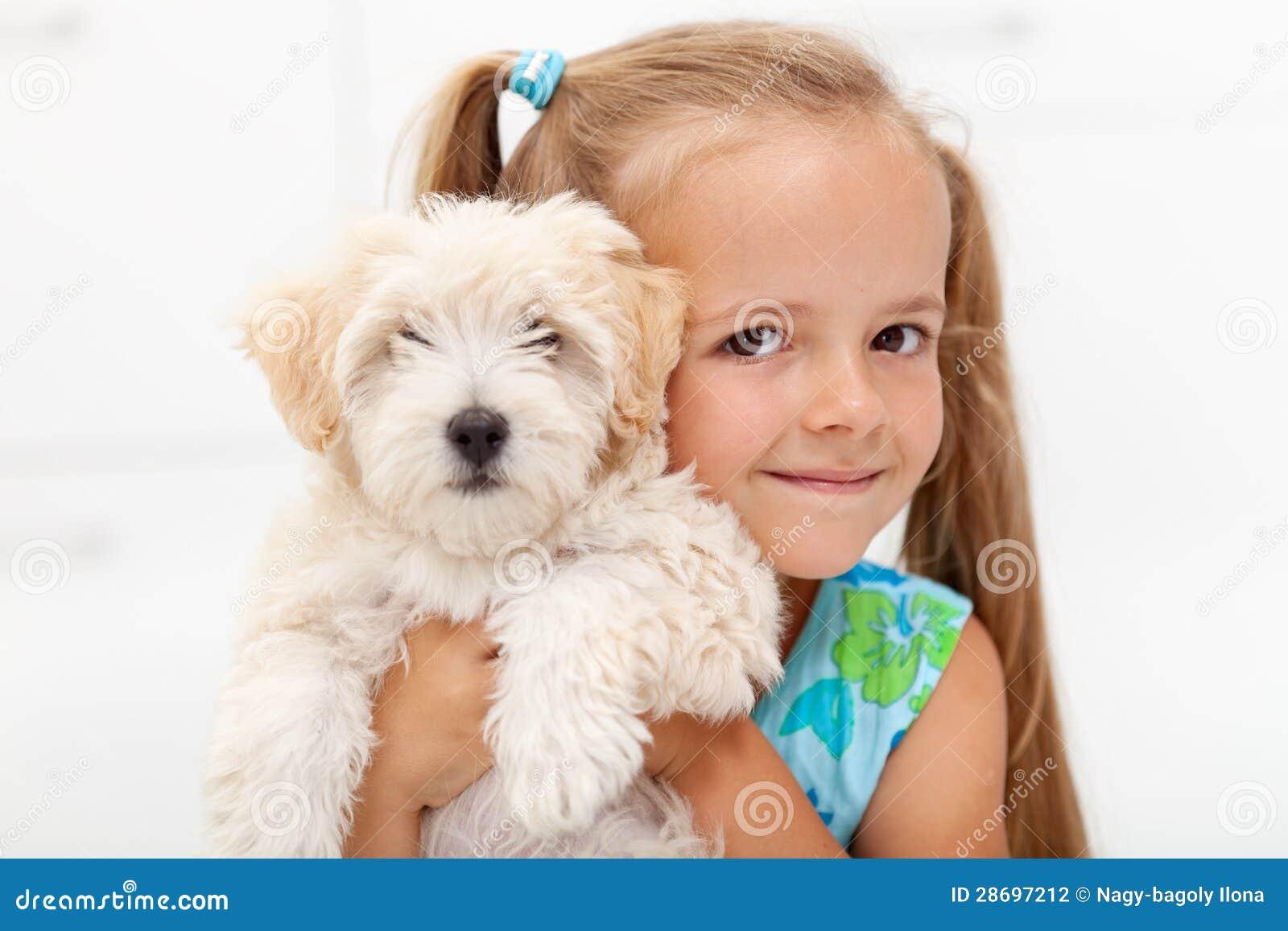 Kleines Mädchen mit ihrem flaumigen Hund