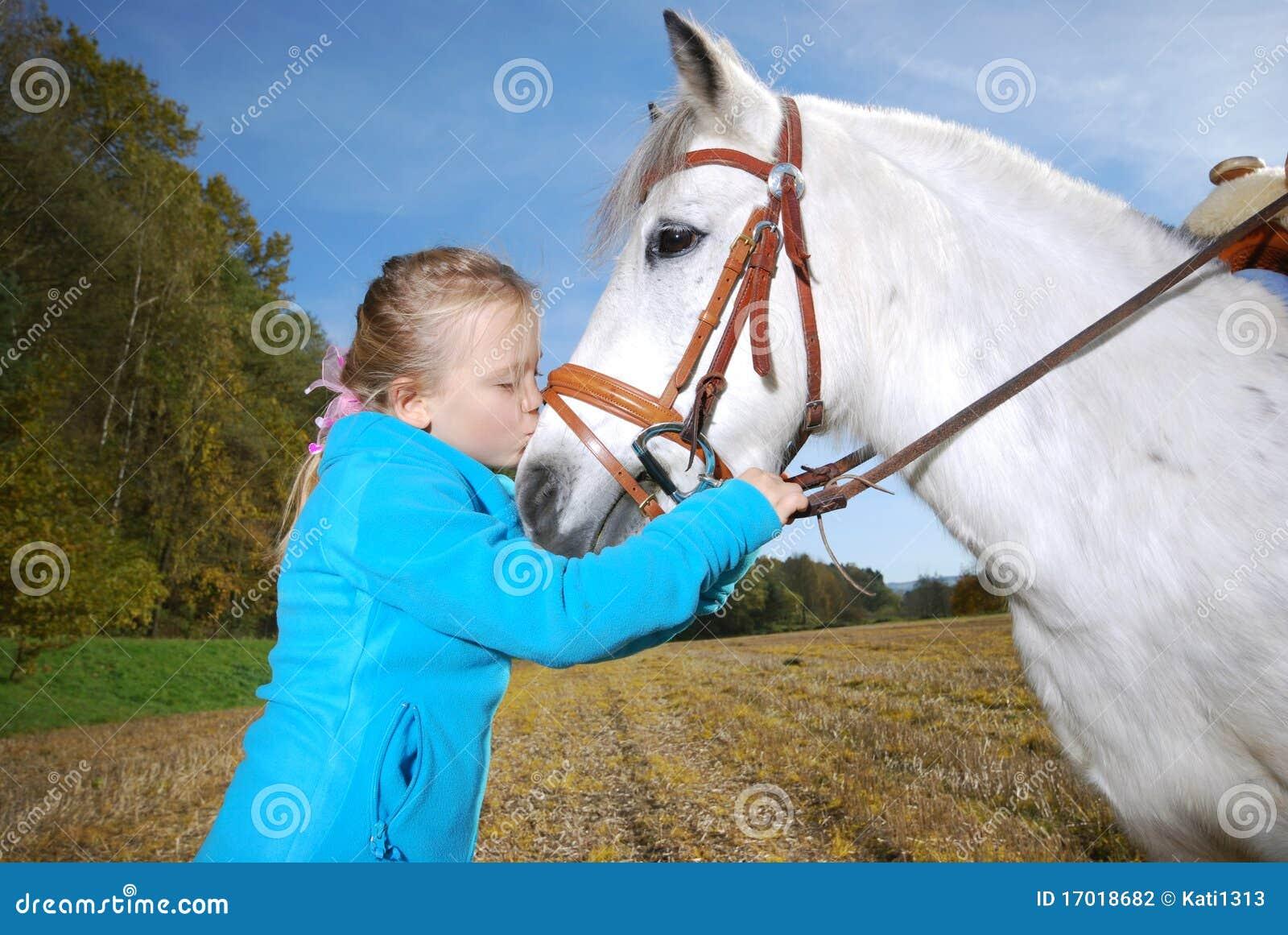 Kleines Mädchen mit Pony