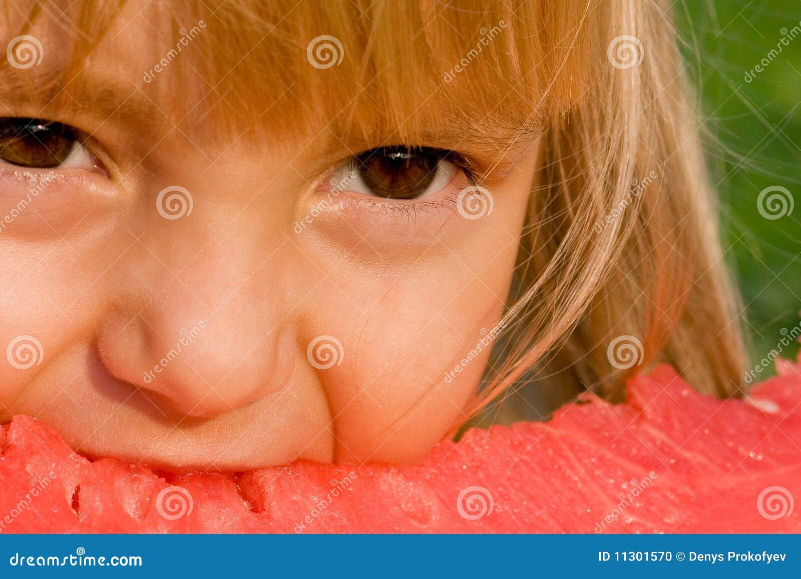 Kleines Mädchen mit Wassermelone