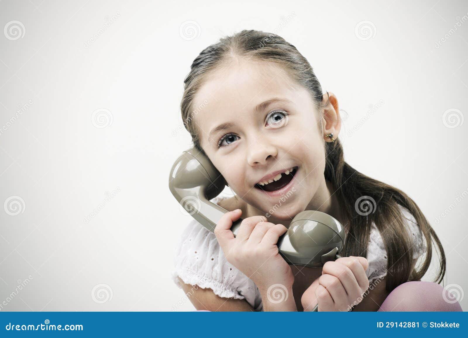 Kleines Mädchen mit Weinlesetelefon