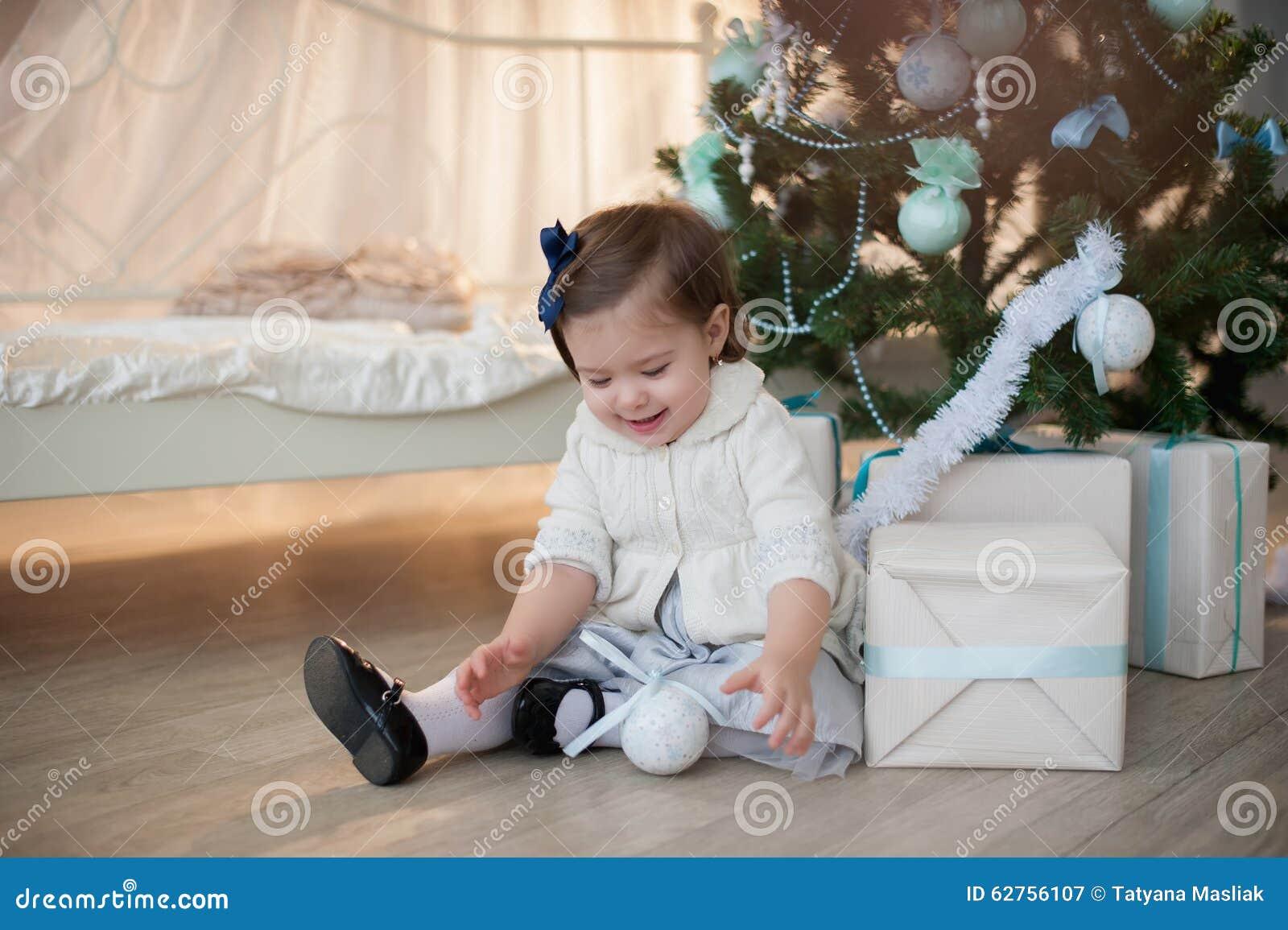 Kleines Mädchen nahe Weihnachtsbaum mit Geschenken freut sich Feiertag, neues Jahr, Dekorationen, Geschenk, Kasten, Feiertag, Leb