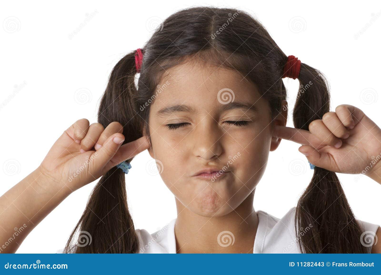 Kleines Mädchen Schließt Ihre Ohren Mit Ihren Fingern
