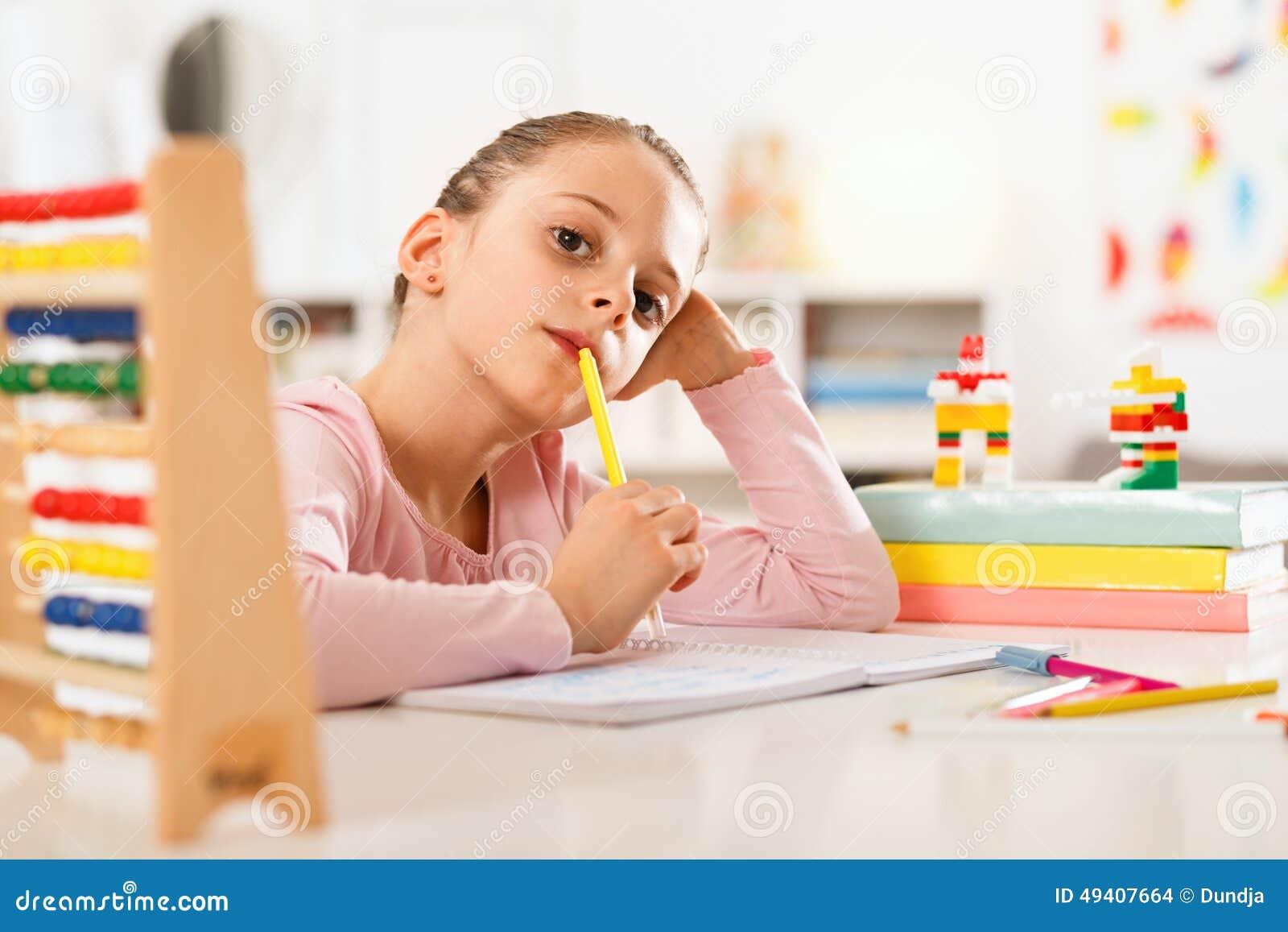 Download Kleines Mädchen Tut Hausarbeit Stockfoto - Bild von buch, kinder: 49407664