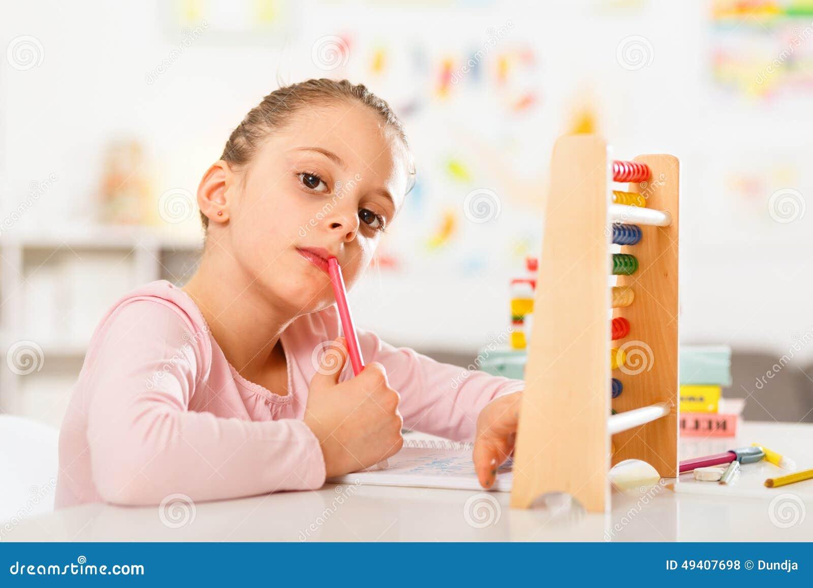 Download Kleines Mädchen Tut Hausarbeit Stockfoto - Bild von schauen, konzepte: 49407698