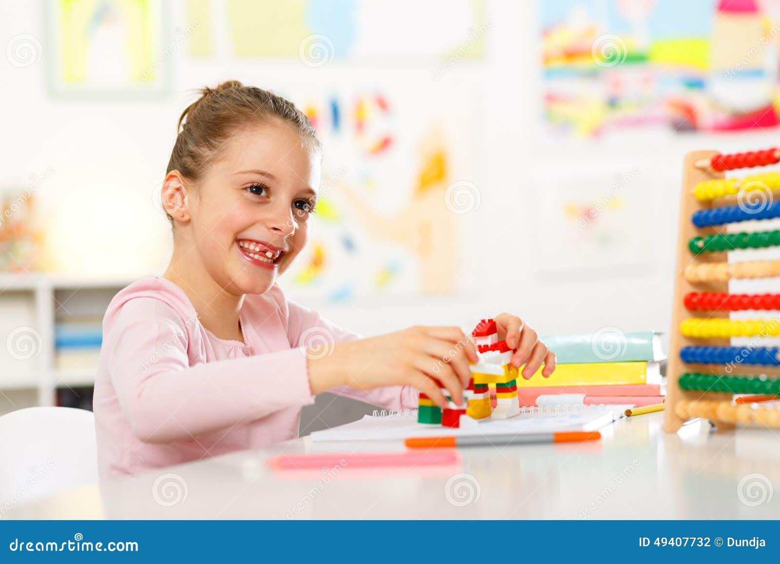 Download Kleines Mädchen Tut Hausarbeit Stockfoto - Bild von zuhause, horizontal: 49407732
