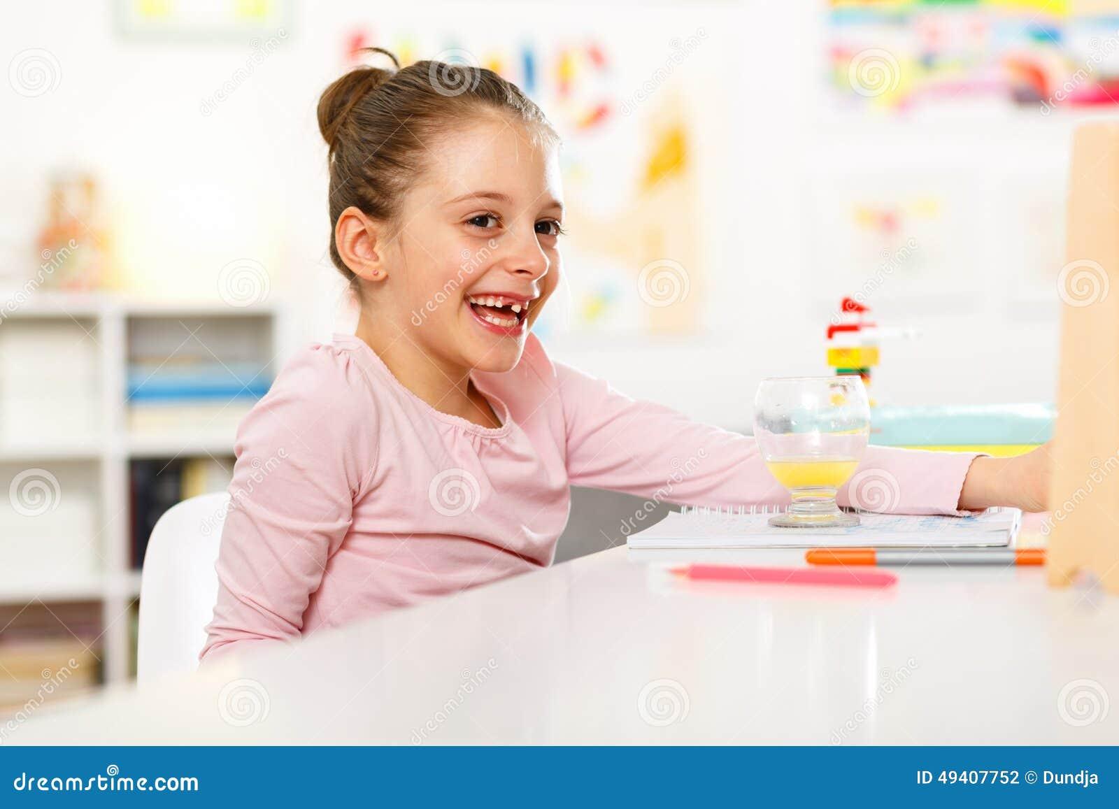 Download Kleines Mädchen Tut Hausarbeit Stockfoto - Bild von horizontal, jugendlicher: 49407752