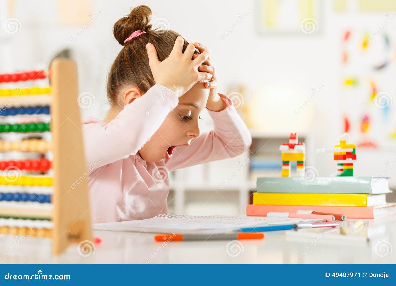 Download Kleines Mädchen Tut Hausarbeit Stockbild - Bild von kamera, kinder: 49407971