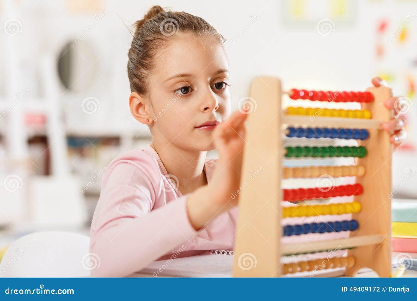 Download Kleines Mädchen Tut Hausarbeit Stockfoto - Bild von kamera, learn: 49409172