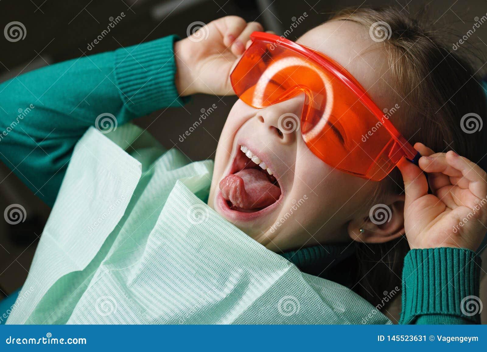 Kleines M?dchen in der zahnmedizinischen Klinik