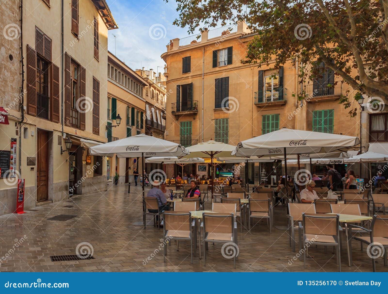 Kleines Quadrat mit einem Freilicht café und Altbauten im Hintergrund in der alten Stadt in Palma de Mallorca, Spanien