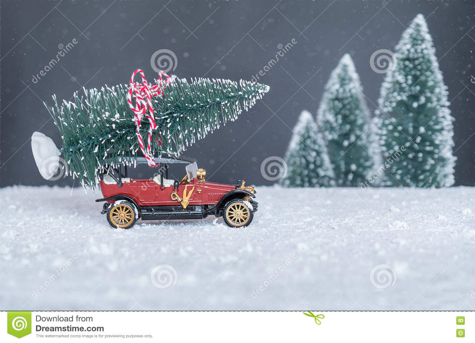 Auto Weihnachtsbaum.Kleines Retro Auto Mit Weihnachtsbaum Stockbild Bild Von