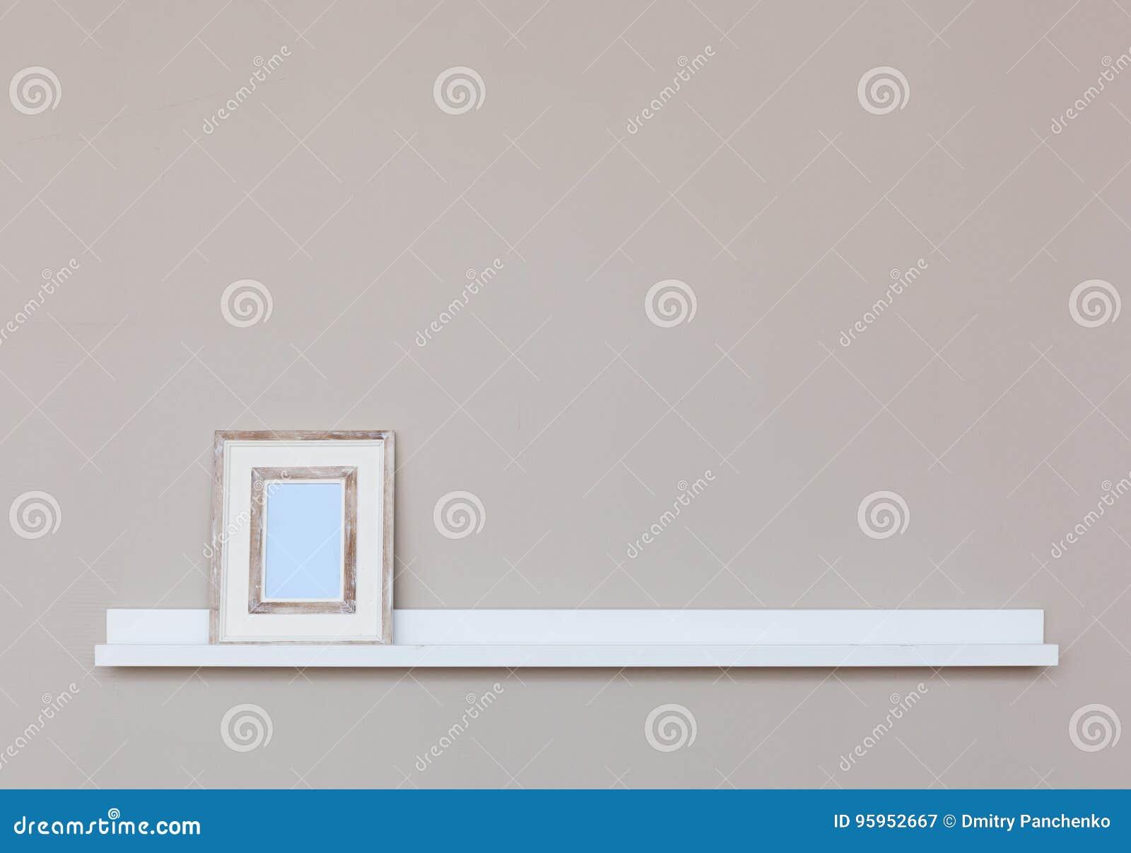 Kleines Weißes Regal Mit Bilderrahmen Auf Wand Stockbild - Bild von ...