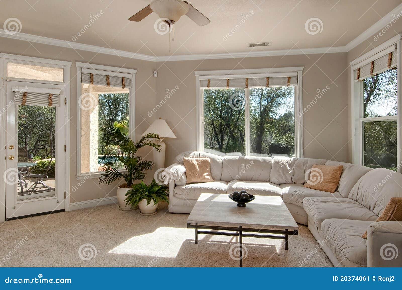 Kleines Wohnzimmer stockbild. Bild von beige, weiß, zustand ...