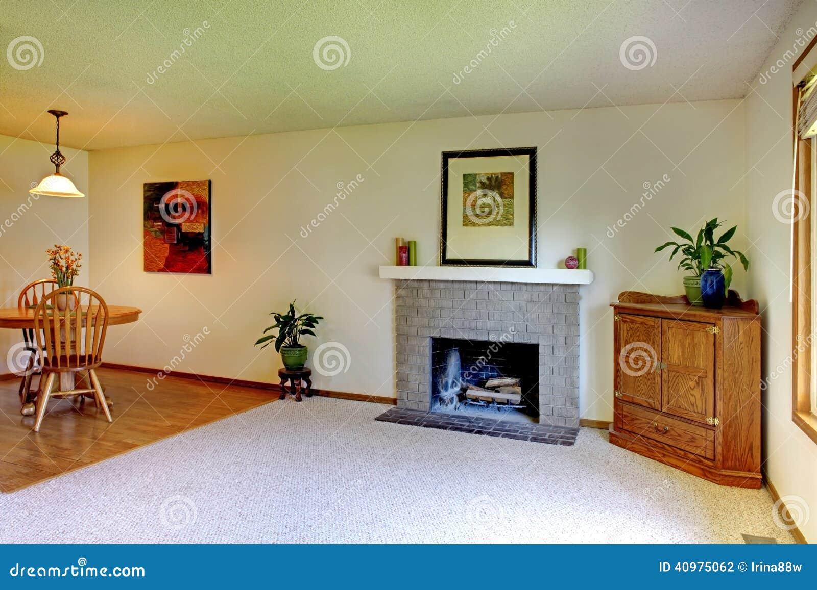 Kleines Wohnzimmer Mit Kamin Stockfoto Bild Von Antike Teppich