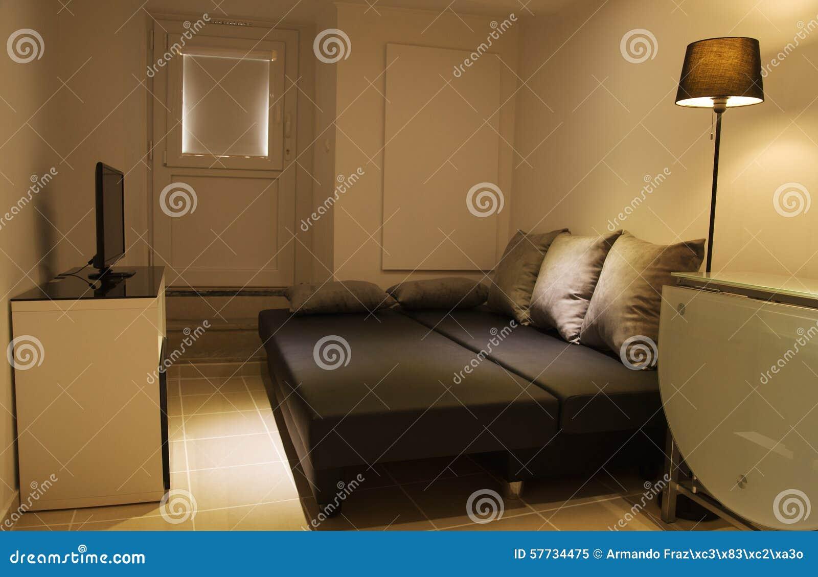 Kleines Wohnzimmer Mit Offener Schlafcouch Stockbild Bild Von Cozy Standplatz 57734475