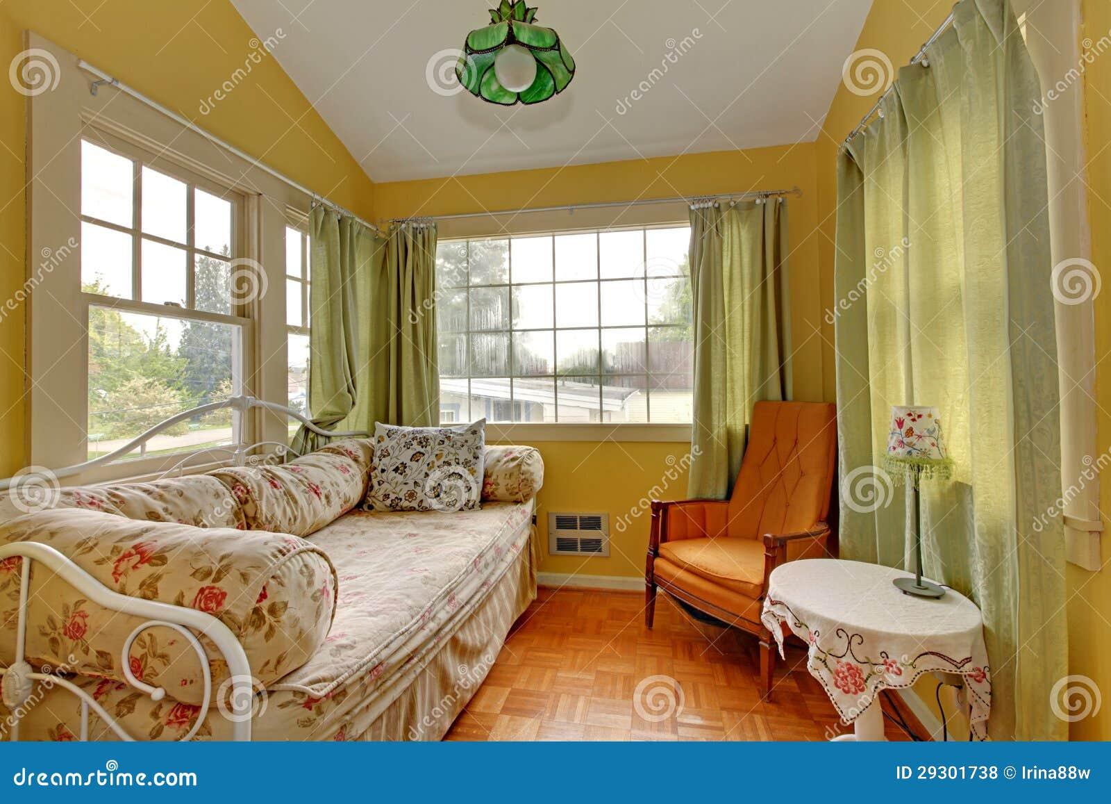 Kleines Wohnzimmer Mit Schlafensofa Und Lesen Der Ecke. Stockfoto ...