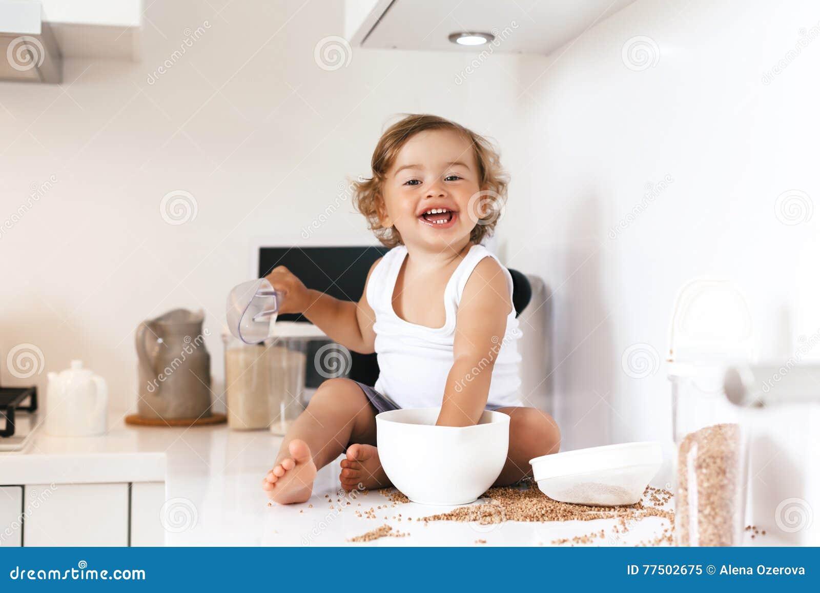 kleinkind, das an der küche spielt stockfoto - bild: 77502675 - Kleinkind Küche