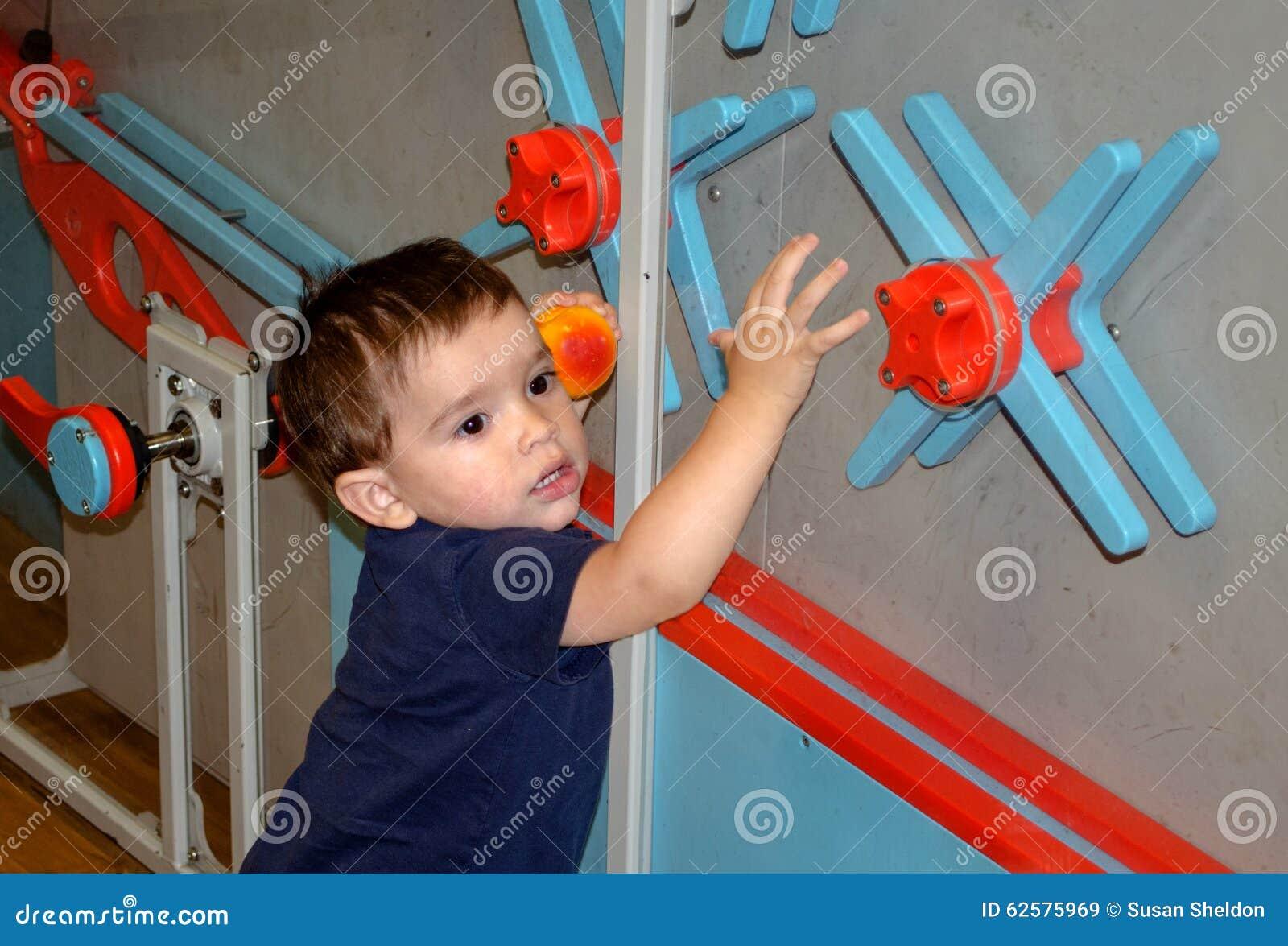 Kleinkind, das an einem Museum der Kinder spielt und lernt