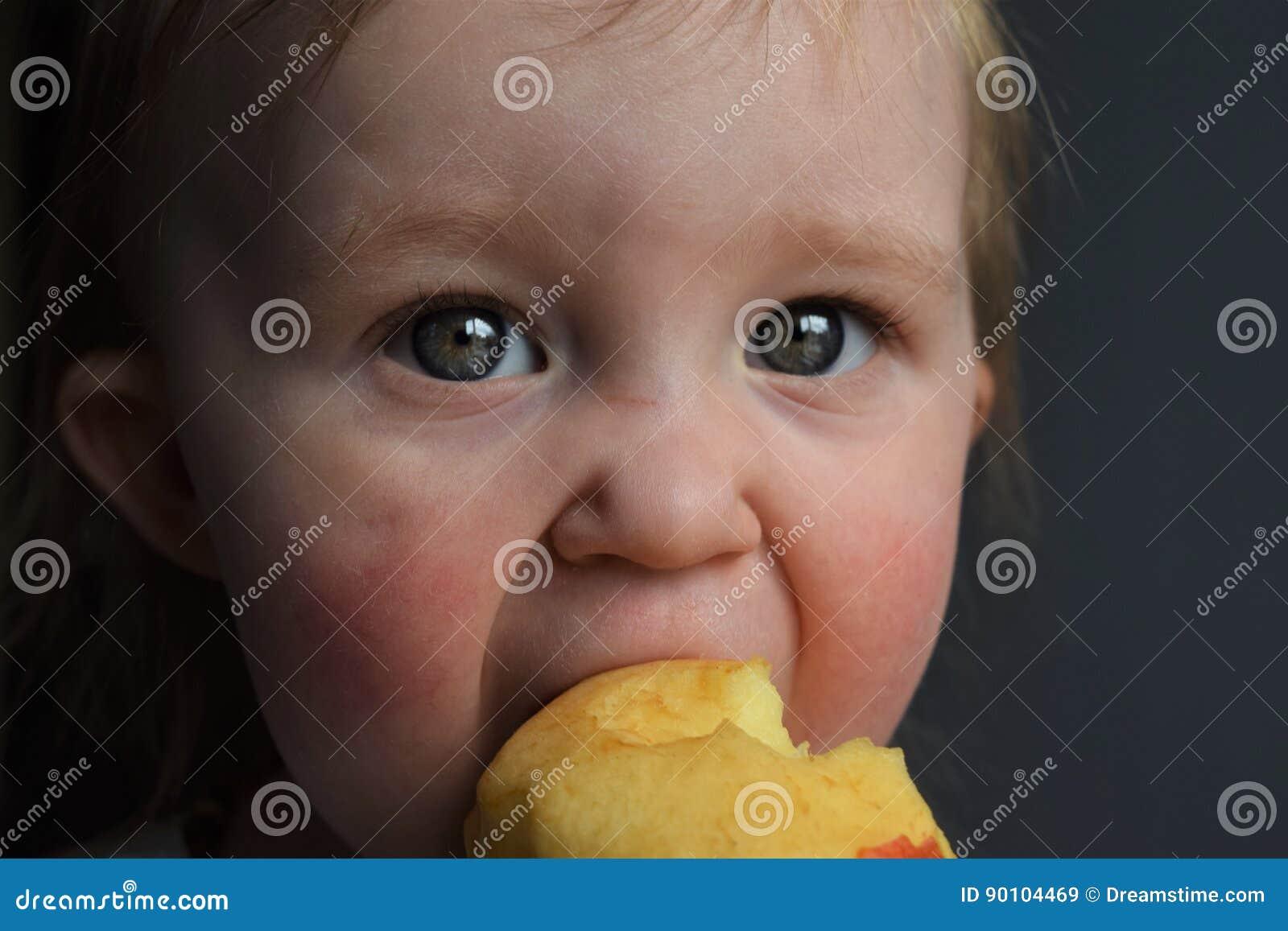 Kleinkind, das einen Apfel isst