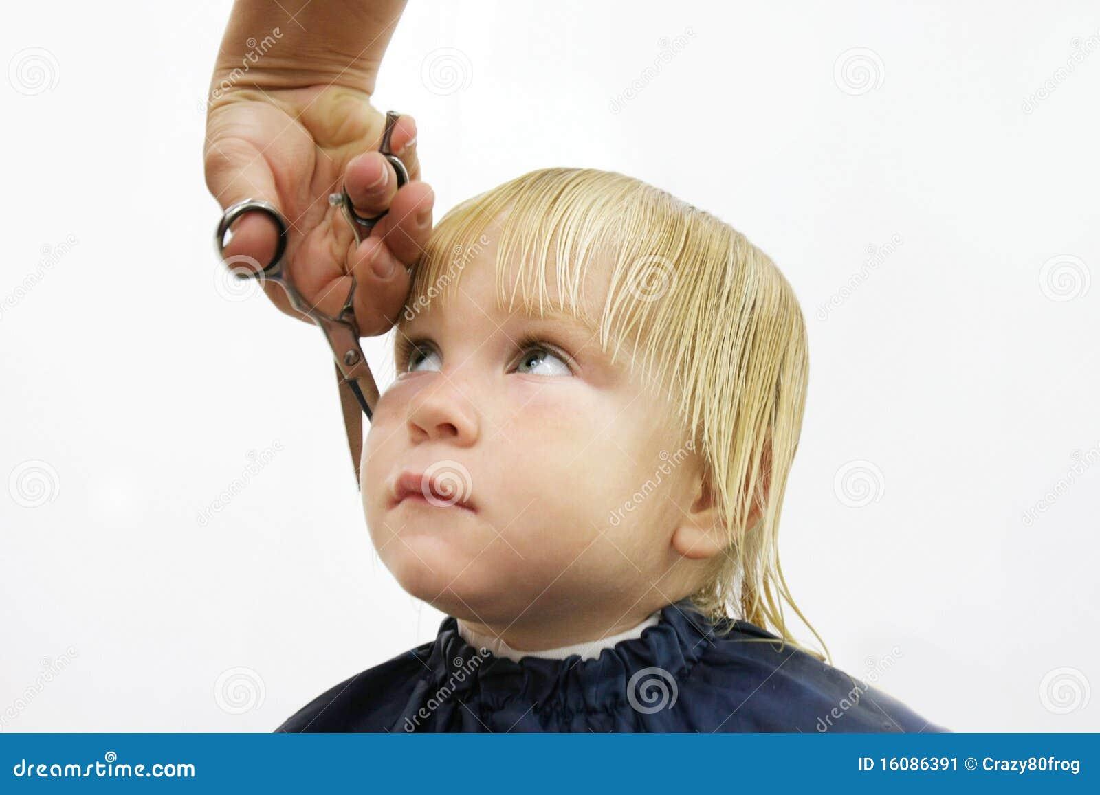 Kleinkind Das Haarschnitt Erhält Stockbild Bild Von Blond